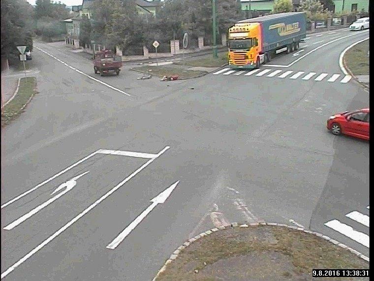 Kamera městského bezpečnostního systému natočila vážnou dopravní nehodu, která se stala v úterý na jedné z křižovatek na výpadovce z Jaroměře na Dvůr Králové.