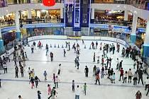 Ledové kluziště v nákupním centru.