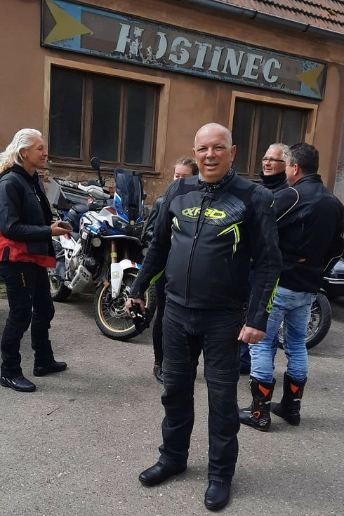 U kostela sv. Barbory v Otovicích opět po roce broumovský farář Martin Lanži žehnal motocyklům a motorkářům šťastné kilometry a bezpečné návraty domů z cest.