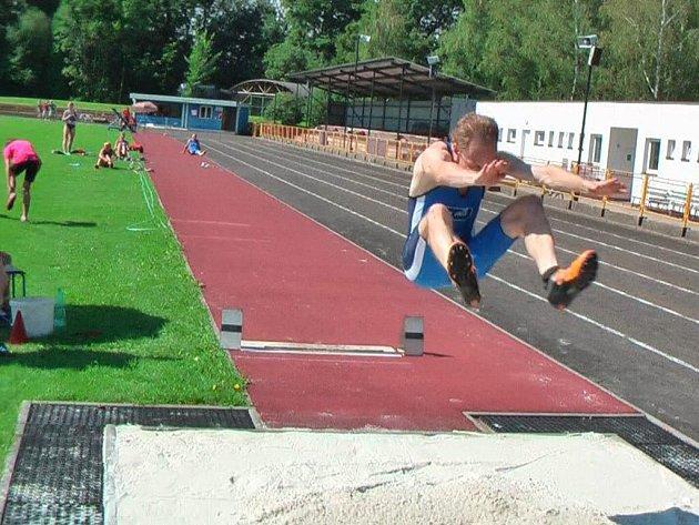 JIŘÍ VONDŘEJC skočil na dobrušském mítinku 614 centimetrů, což žádný z jeho soupeřů nepřekonal.