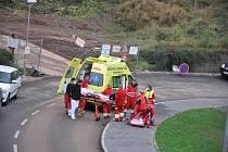 Převoz pacienta vrtulníkem od náchodské nemocnice do Fakultní nemocnice v Hradci Králové.
