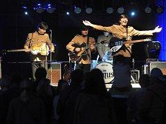 Koncert kapely The Beatles revival z Kladna na hronovském náměstí.