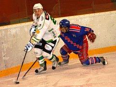 VE ŠLÁGRU nedělního kola Krajské ligy mužů se radovali díky dobrému vstupu do zápasu hokejisté Náchoda (v modrém), kteří přehráli Trutnov 3:2.