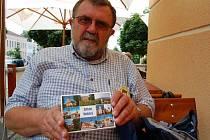 Prezident setkávání Jan Nejedlo pro letošek připravil soubor pohlednic všech Kostelců v zemi, kterých je 33.