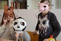 K tomu, aby se děti změnily k nepoznání, stačily nastříhané proužky novin, škrob, nafukovací balonek, temperové barvy a gumička, aby maska držela na obličeji.