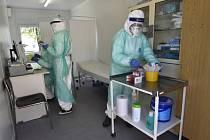 Popis fotky: Testování na koravirus v Kroměříži - Zdravotnice evidují vzorky 21. dubna 2020 na odběrovém místě k vyšetření přítomnosti nového typu koronaviru v areálu Kroměřížské nemocnice. Ta jako jediná ve Zlínském kraji testuje nejen pacienty, které po
