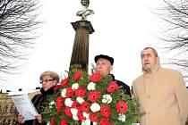 U pomníku spisovatelky Boženy Němcové v České Skalici uctili její památku, a to při 193. výročí jejího narození.