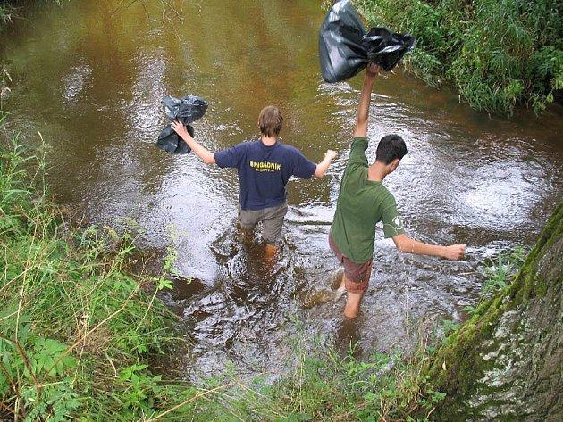Skauti z letního tábora v Dědově vstupují do Metuje, aby vyčistili koryto i břehy řeky od odpadků. Nakonec nasbírali v kilometrovém úseku 20 velkých pytlů odpadu.