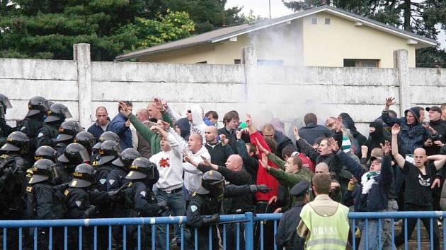 Výtržnosti na stadionech jsou na Náchodsku výjimkou, přesto se i zde objevují čas od času nějaké konflikty. K těm největším určitě patří střet fotbalových fanoušků FK Náchod – Deštné a Bohemians 1905 z podzimu roku 2005.