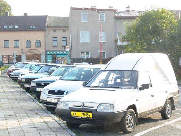 Plná parkovací místa.