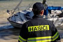 Hasiči museli vyprostit utrženou plachetnici, kterou odnesly vlny na vodní nádrži Rozkoš na mělčinu. Pomocí člunu vytáhli zajištěnou loď na volnou vodu, kde byla opět ukotvena.
