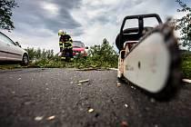 MOTOROVÉ PILY hasičů se po větrné smršti nezastavily.