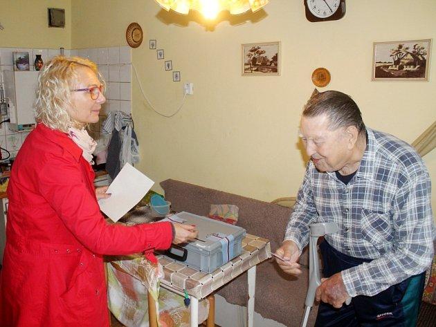 Volební komise vRožmitále uBroumova měla na strosti nejmenší okrsek na Broumovsku. Spřenosnou volební urnou navštívily členky volební komise imanžele Žočkovy, pro které by kvůli vysokému věku byla návštěva volební místnosti náročná.