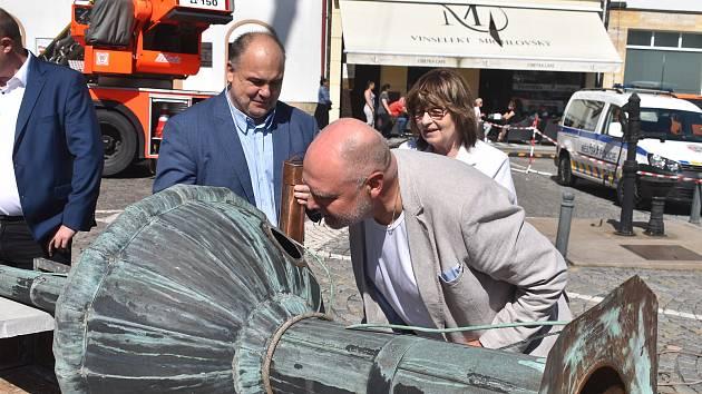 V pondělí 14. června odpoledne byly historické i soudobé dokumenty zabaleny do vodě odpudivého materiálu a vloženy do celkem pěti měděných tubusů. Ty putovaly do makovice a ta následně na věž staré radnice.