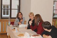 Volební komise v broumovském okrsku číslo šest zaznamenala během pátku relativně velkou účast přespolních voličů s volebními průkazy.