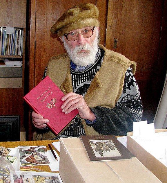 Jiří Škopek z Jaroměře, akademický malíř, s novou knihou Babička, kterou ilustroval.