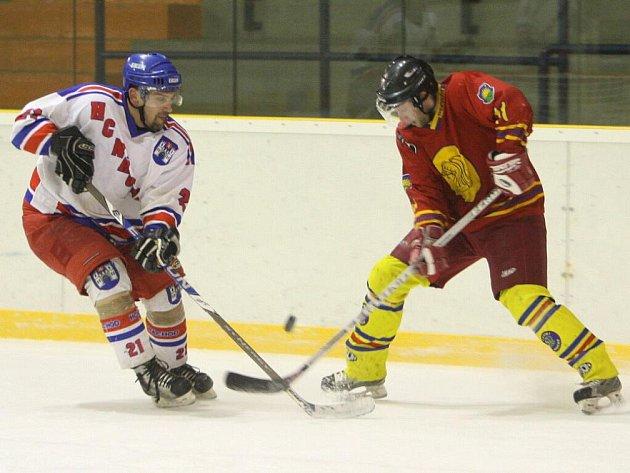 Po přestřelce a porážce od Opočna (8:9) se hokejisté Náchoda (ve světlém) vzchopili a v páteční dohrávce zvítězili na ledě Nového Bydžova 5:4.