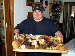 Se dvěma plnými koši hub se vrátila z lesů v okolí Policka domů vášnivá houbařka Zdena Krtičková.