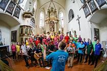 Smíšený pěvecký sbor Kácov společně s folkovou kapelou Fukanec zazpívaly pro rodinu postiženou tornádem.