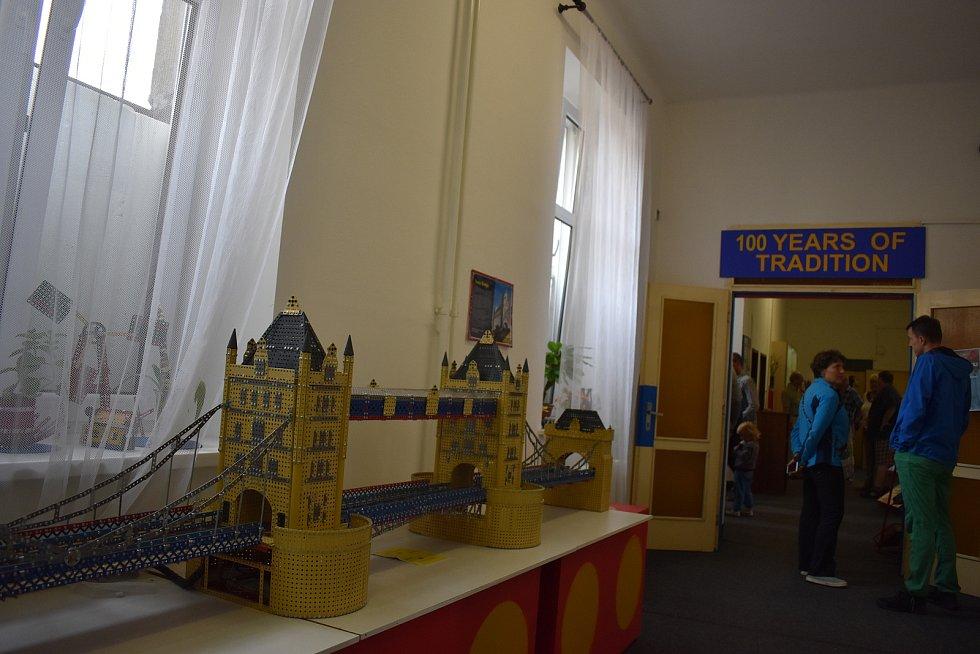 Kovová stavebnice, která vznikla počátkem 20. století v Polici nad Metují, oslavila sto let své existence. Pořadatelé připravili pro děti a dospělé zábavný tvořivý den, byla představena výroční retro stavebnice a zájemci si mohli prohlédnout i výrobní pro