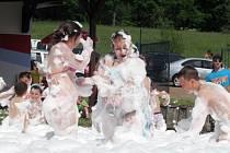 """V """"pěně"""" nastříkané meziměstskými hasiči se děti proměnily v bílé sněhuláky a řádily a řádily."""