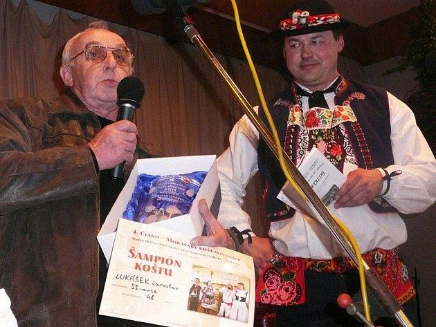 Šampionem letošního koštu v Havlovicích se stala  slivovice Jaroslava Lukáška z Náchoda. Cenu vítězi předal prezident koštu Zdeněk  Mencl (vpravo).