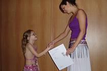 """""""Zatímco z dívky Orientu a baletu pro nejmenší si odnesly samé jedničky, u Malaiky jsem už byla přísnější,"""" upřesňuje lektorka Markéta Volfová, (na snímku vpravo),  která vede i profesionální taneční skupinu Yasmin."""