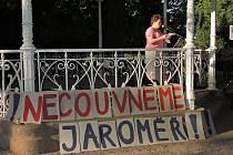 Za spravedlivou vládu. V Jaroměři v úterý demonstrovalo asi 40 lidí
