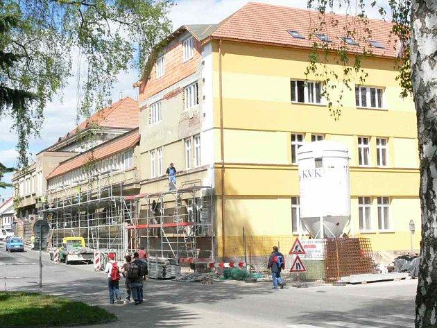 """Pellyho dům, který prochází rozsáhlou rekonstrukcí,  se postupně """"obléká"""" do nové fasády s odstíny žluté barvy."""