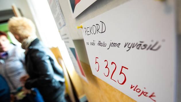 Děti z mateřské a základní školy v Nahořanech vyvěsily 5325 vlajek.