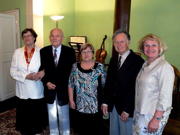PŘI DNI OBČANŮ MĚSTA Česká Skalice byli oceněni (zleva) Věra Vlčková, Rudolf Rousek, Miloslava Smetanová, Vladimír Ježek a Květa Ležovičová.