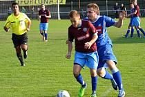 NÁCHODSKÝ záložník Ondřej Vrabec si kryje míč v nedělním utkání v Týništi nad Orlicí.