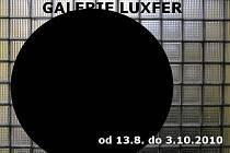 Černé kolečko zdobí pozvánku na třetí výstavu Galerie Luxfer.