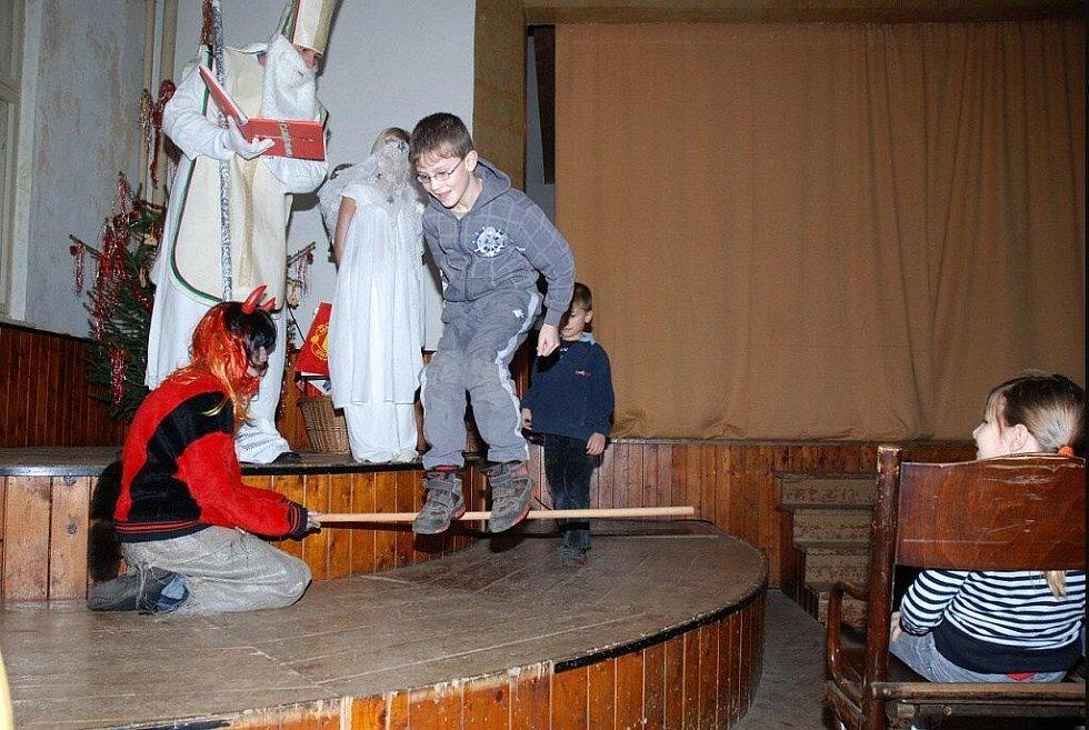 Mikuláš mezi dětmi v Rokytníku.