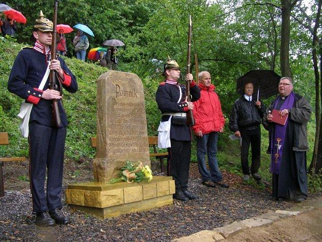 Opravený pamětní kámen připomínající boje z roku 1866 vysvětil polický farář Marian Lewicki