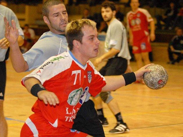 Jaroslav Dušek  (číslo 77) se v barvách extraligové Třeboně prodírá do střelecké příležitosti.