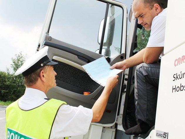 Dopravní policisté z Náchoda byli v pátek celé odpoledne v terénu. U hraničního přechodu v Náchodě - Bělovsi kontrolovali řidiče autobusů a kamionů.