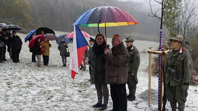 Pietní akt ve Stárkově poprášil sníh.