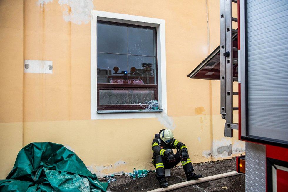Vyčerpání. Po 36 hodinách se podařilo hasičům zlikvidovat rozsáhlý požár ve firmě Hauk v Polici nad Metují.