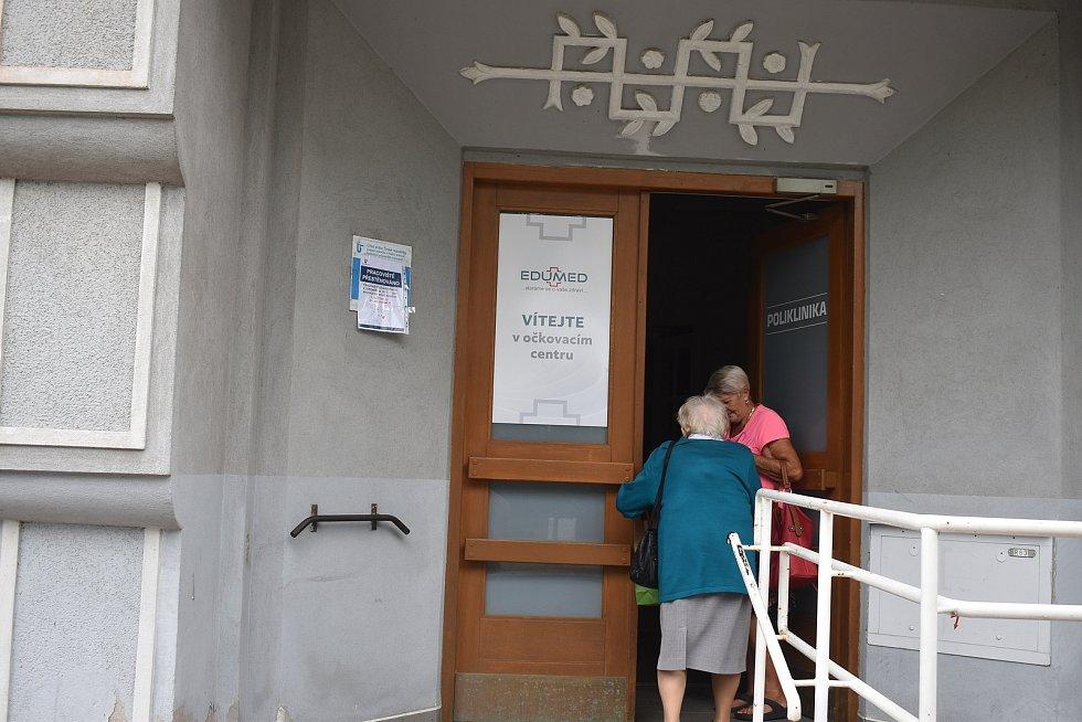 Očkovací místo Edumed Jaroměř v budově polikliniky zahájilo dnes odpoledne ve 14 hodin jako první v Královéhradeckém kraji očkování proti Covid-19 bez předchozí registrace.