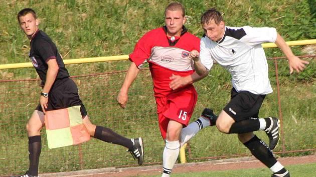 Červenokostelecký Tomáš Martínek (v červeném) zaznamenal proti Rychnovu dva ze sedmi kosteleckých gólů.
