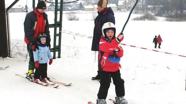 Lyžařský vlek na Nebíčku se díky velmi příznivým sněhovým podmínkám rozjel.