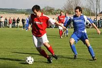 Okresní derby v I. B třídě mezi domácím Provodovem (v modrém) a Novým Městem skončilo dělbou bodů.