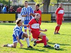 Hubené vítězství 1:0 zaznamenali v nedělním odpoledni fotbalisté Červeného Kostelce (v červeném).