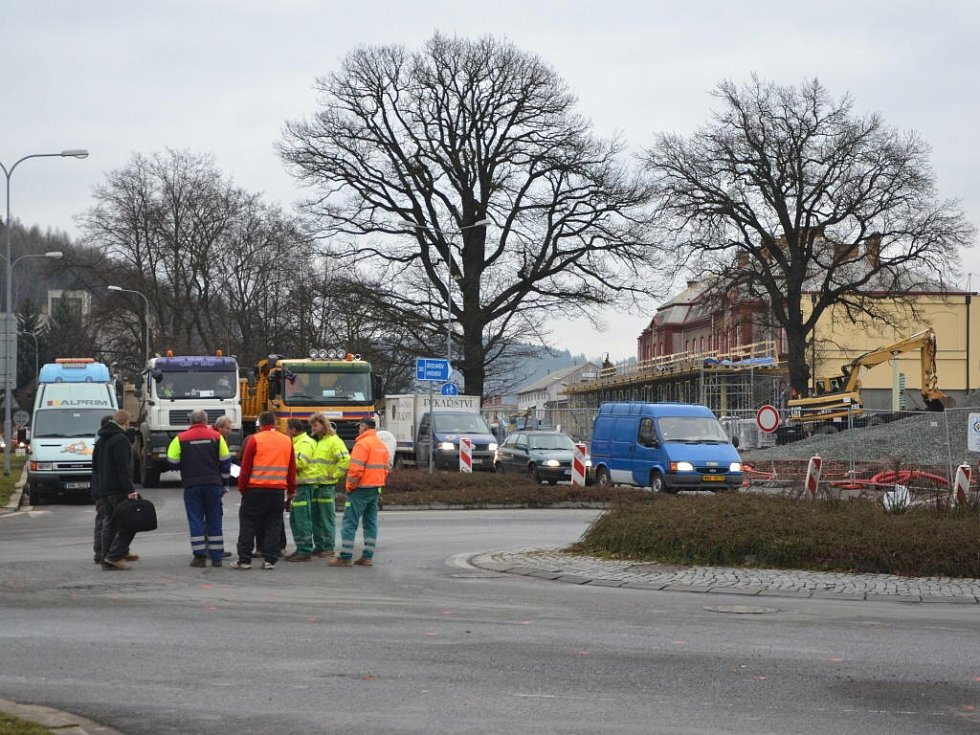 OPRAVA KRUHOVÉ KŘIŽOVATKY U ITÁLIE začala 17. března. Křižovatku čeká rozšíření a výstavba napojení nového autobusového terminálu, a to tak, aby doprava do budoucna byla plynulejší. Nyní však stavba přináší komplikace v dopravní situaci a objížďky.