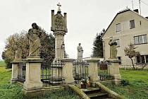 Sousoší se sloupem Čtrnácti svatých pomocníků zhotovil v roce 1886 broumovský sochař Johann Watzek, na objednávku Genovefy, vdovy po otovickém sedlákovi Franzi Treutlerovi. Po odcizených andílcích zbyla jen prázdná místa se železnými trny.