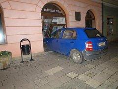 Řidič modré Škody Fabia na náměstí v Jaroměři narazil přímo do dveří městského úřadu.