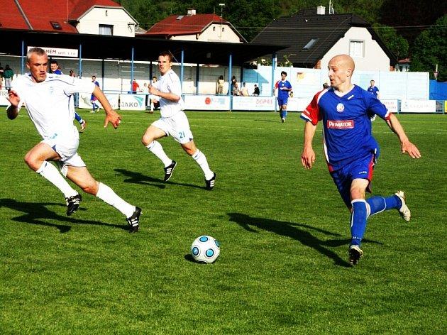 Třetiligové fotbalisty Náchoda (v modrém) čeká v domácím prostředí proti lídrovi z Vlašimi další důležitý souboj o udržení v soutěži.