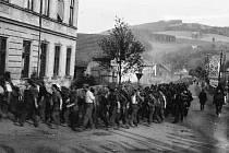 NĚMEČTÍ ZAJATCI pochodují do zajateckých táborů v Sovětském svazu, Běloves 1945.