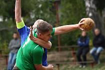 TĚŽKOU kravatu dostali prvoligoví národní házenkáři Krčína hned v prvním utkání vyřazovacích bojů.